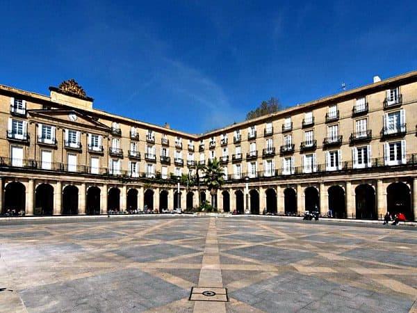 Plaza Nueva de Bilbao sitio que visitar y ver en un día