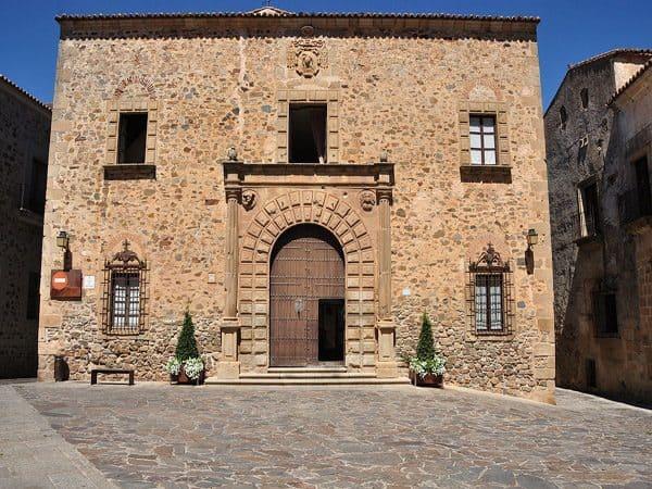 Palacio Episcopal de Cáceres ver en un día