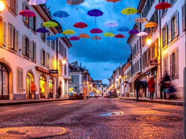 Barrio Carouge de Ginebra vista con paraguas en el cielo