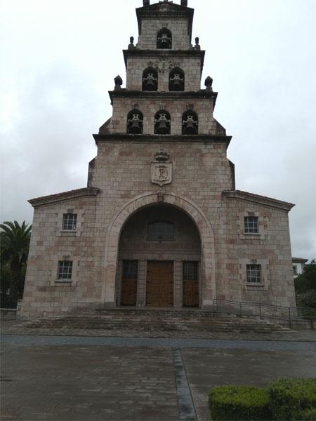 Foto de la fachada de la Iglesia de la Asunción en Cangas de Onís