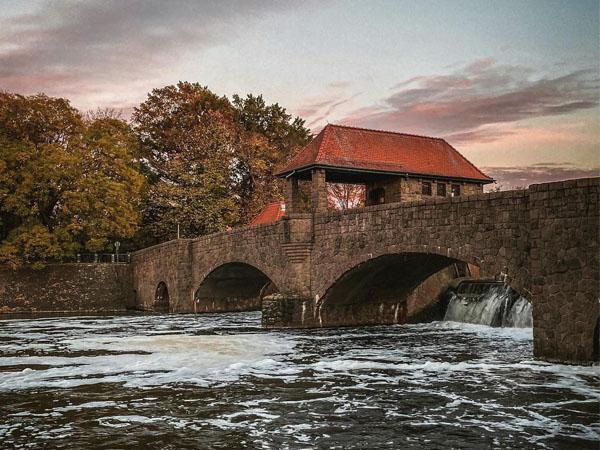 Foto del puente sobre el río en Leipzig
