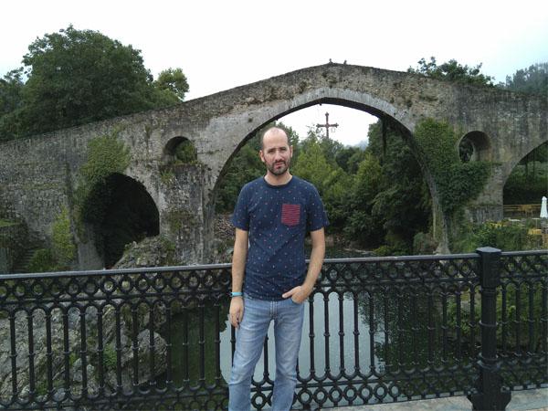 Yo en el puente Romano de Cangas de Onís