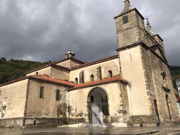 Foto de la colegiata de Cangas del NArcea
