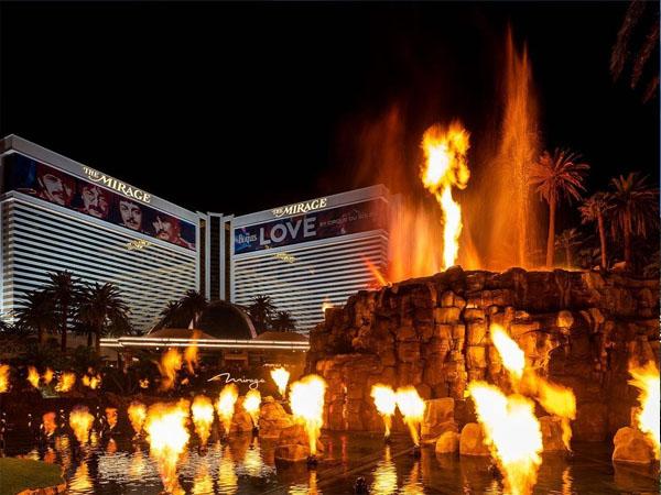 Vistas de la fachada principal de The Mirage Volcano Las Vegas