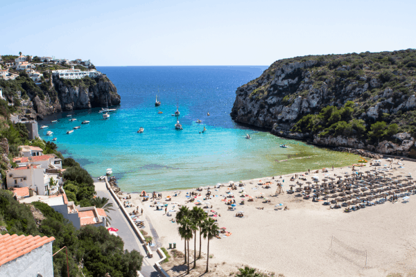 Cala Blanca de la Isla de Menorca - Sitios para ver en Menorca y playas - Ilutravel.com