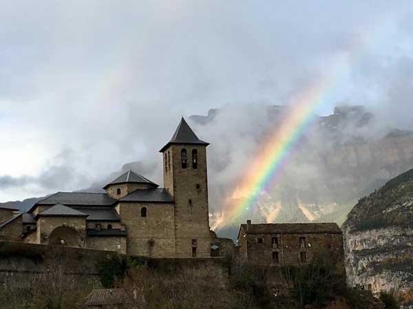 Vista lejana de la Iglesia San Salvador Torla-Ordesa - Sitios de interés que ver en Torla de turismo - Ilutravel.com