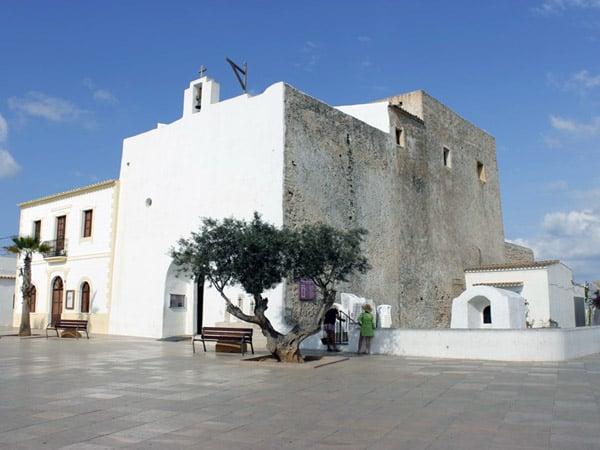 Iglesia de San Francisco Javier de Formentera - Sitios que ver de interés en Formentera - Ilutravel.com