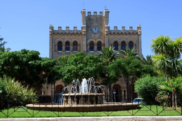 Plaça des Born de la Isla de Menorca - Ver Menorca de turismo - Ilutravel.com
