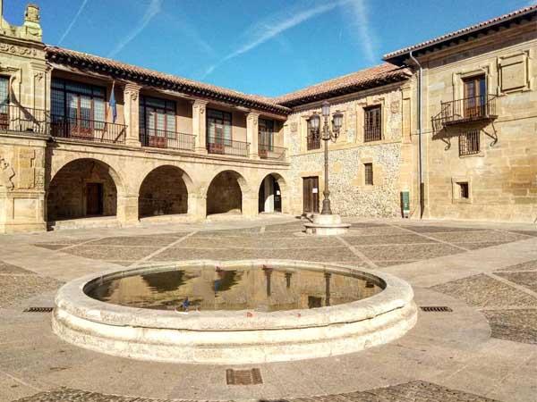 Plaza de España de Santo Domingo de la Calzada - Qué ver en Santo Domingo de la Calzada en un día - Ilutravel.com