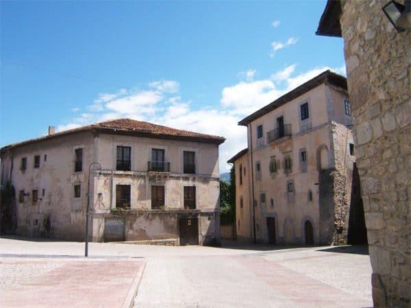 Plaza Santa Ana de Llanes - lugar que visitar 1 dia en Llanes - Ilutravel.com